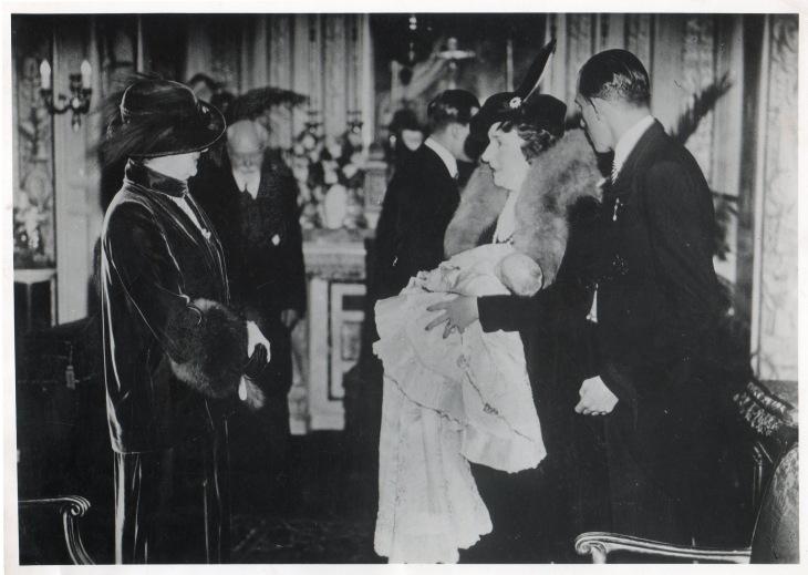 La Reina Victoria mantiene en sus brazos a su nieto el Príncipe D. Juan Carlos el día de su bautizo,