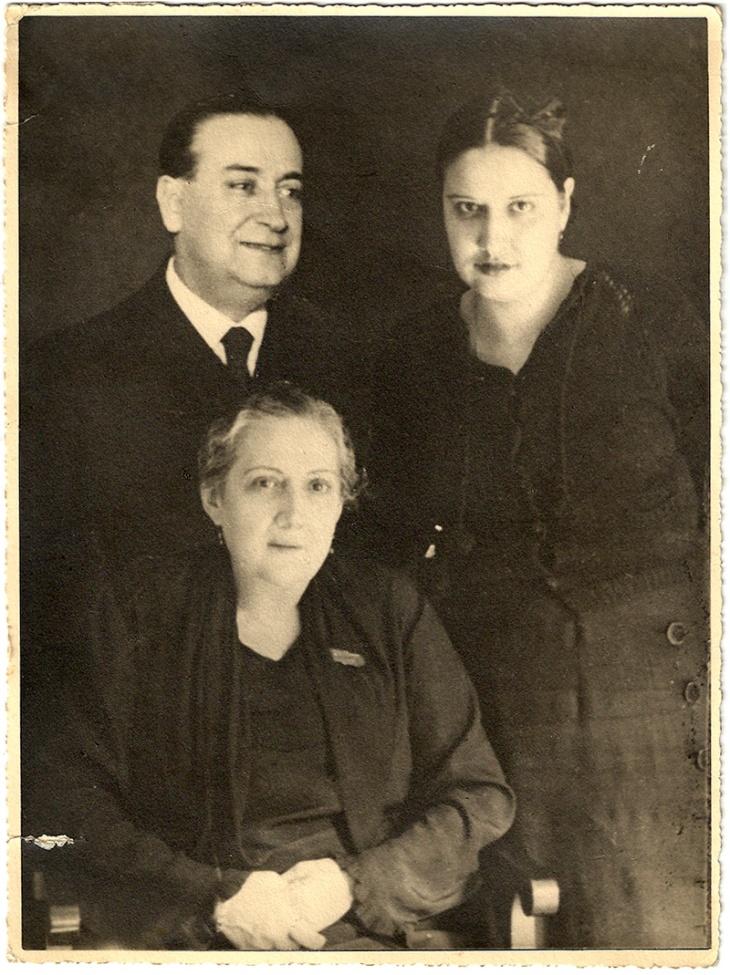 """José L. Demaría López, """"Campúa"""" padre, junto a su esposa Felisa Vázquez (abajo) y su hija Felisa Demaría (a la derecha)"""