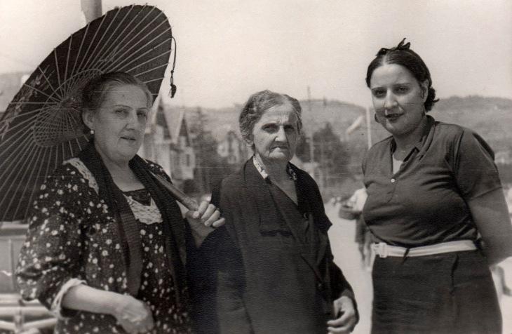 A la derecha Felisa Demaría, hermana del fotógrafo, a la izquierda Felisa Vázquez, su madre y en el centro la que posiblemente era su abuela.
