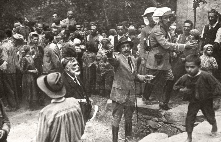 Alfonso XIII retratado por Pepe Campúa en Las Hurdes mientras organizaba el reparto de alimentos, en el viaje que realizó junto al Doctor Marañón