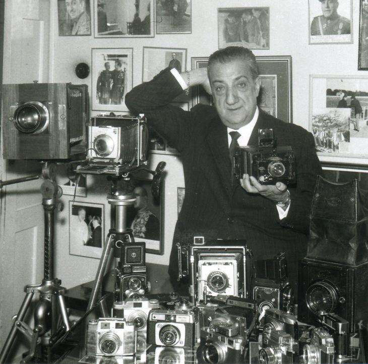 """José Demaría Vázquez """"Campúa"""", rodeado de sus cámaras en su despacho de Bárbara de Braganza en el año"""