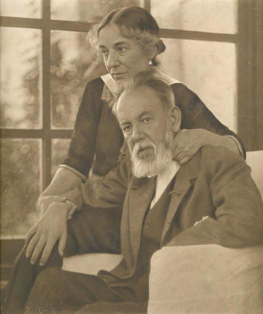El pie de foto original de Mundo Gráfico decía: El ilustre pintor D. Joaquín Sorolla, con su esposa, en su hotelito de Cercedilla, pocos días antes de su fallecimiento ocurrido el día 10 del actual.