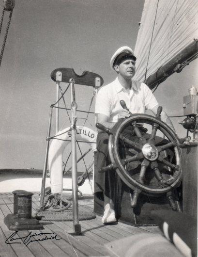 """Don Juan al timón del barco Saltillo, fotografiado por José Demaría Vázquez """"Campúa"""" en 1946"""