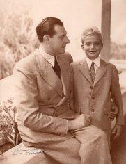 Positivado de época con firma original de Campúa del Conde de Barcelona, Don Juan de Borbón junto a su hijo Juan Carlos en Estoril quien poco tiempo después haría la primera comunión