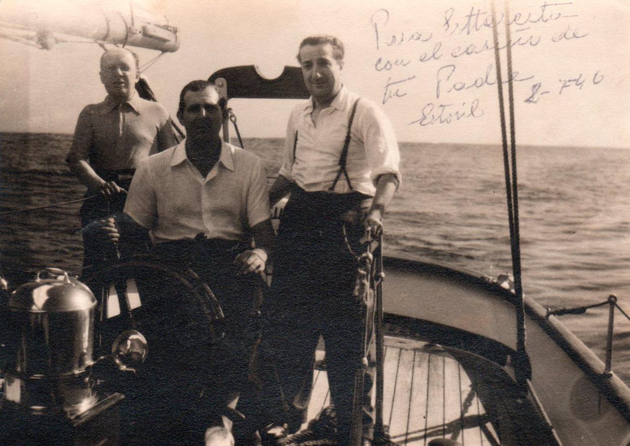 Positivado de época que Pepe Campúa dedicó a su hija Esther, posa junto a Don Juan de Borbón en el barco Saltillo en Estoril (Portugal)