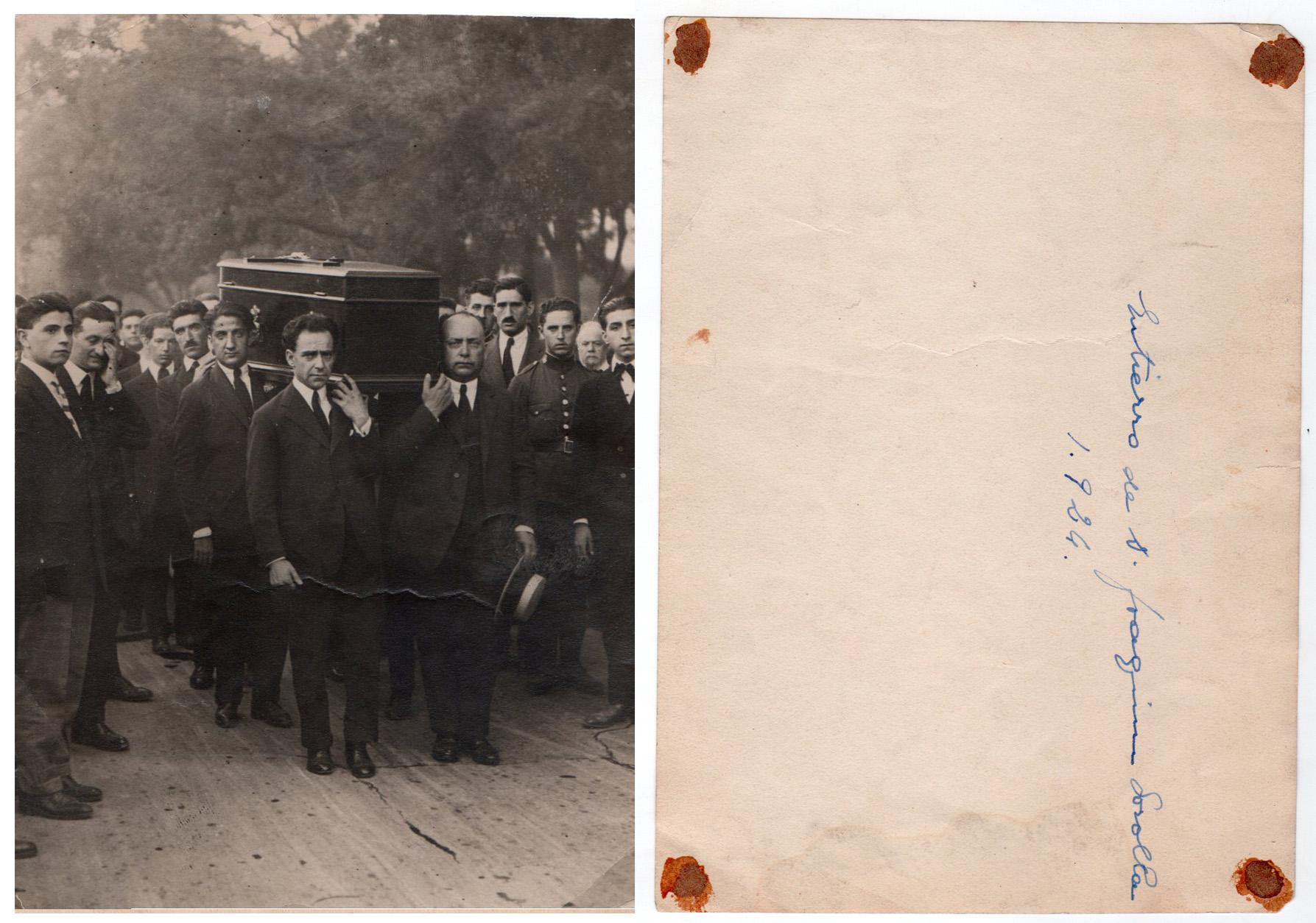 Positivado de época de una foto anónima en la que aparece Pepe Campúa -el segundo a la izquierda- cargando con el féretro de su amigo y maestro, el pintor Joaquín Sorolla.