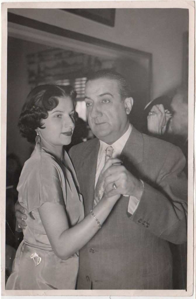 Esther y su padre Pepe bailando en la fiesta de Año Nuevo en 1952
