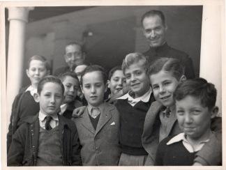 Juan Carlos con sus ocho compañeros del curso 1948-1949 y dos de los maestros