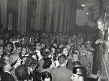 Una multitud de gente esperó a los infantes en la estación de San Sebastián
