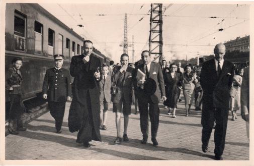 Juan Carlos expresaba su emoción ante la cámara de Campúa al ver a la gente congregada en la estación