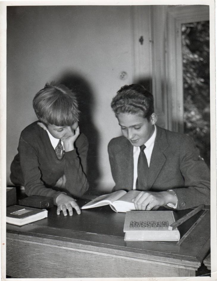 Los infantes Juan Carlos y Alfonso estudiaron en San Sebastián durante los cursos siguientes. Positivado de época de Campúa