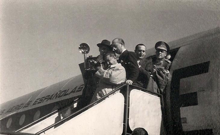 Pepe Campúa filmó con cámara de cine algunos momentos del viaje de Martín-Artajo a Argentina. En este positivado de época aparece filmando el descenso del ministro en el aeropuerto de Buenos Aires.