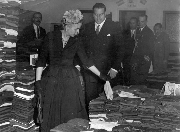 El ministro Martín-Artajo visitó junto con Evita Perón diversas entidades benéficas en Buenos Aires. Como en este instante de la visita, retratado por la cámara de Pepe Campúa.