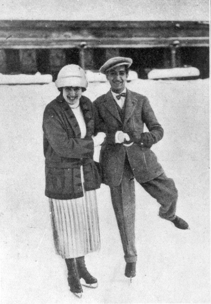 """El pie original de la foto, publicada en Mundo Gráfico, señalaba: """"Nuestro compañero Pepe Campúa, patinando sobre la nieve en Davos con una linda deportista"""""""