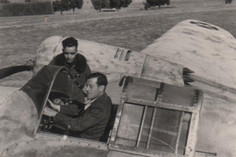 """Pepe Campúa retrató en 1938 al comandante Vara del Rey junto con el avión """"Satanás"""""""