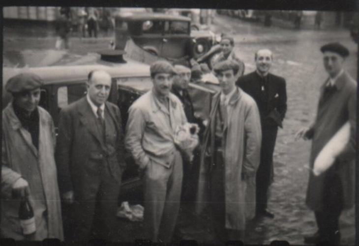 Campúa inició su recorrido por el País Vasco y allí captó innumerables imágenes, como esta de la camioneta del servicio de desinfección en Zarautz, Bilbao con Perico Chicote el 23 de junio de 1937
