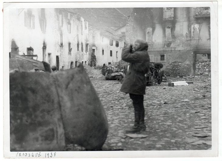 Pepe Campúa en Benasque, mientras realizaba el reportaje del Frente del Pirineo en 1938