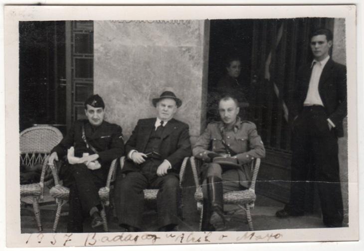 Para realizar el trabajo de reportero de guerra unas veces hacía falta disfrazarse de sindicalista de la CNT y otras vestir el uniforme falangista. En esta imagen aparece Pepe Campúa a la izquierda en Badajoz en abril o mayo de 1937