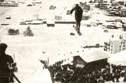 """El doctor M. Baader Erust, alemán, en el momento de dar un salto de 43 metros en el Concurso de """"skis"""" en el que fue clasificado como campeón de Europa"""
