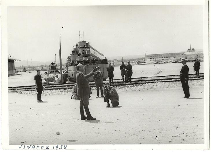 Tras la toma de Vinaroz, Pepe Campúa retrata a Franco en el puerto de dicha ciudad valenciana en mayo de 1938