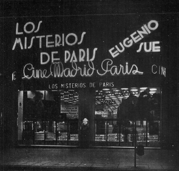 Entrada del cine Madrid-París, inaugurado en la Gran Vía madrileña en 1935. Fotografía de autor desconocido, publicada en la revista Nuevas Formas, depositada en la Hemeroteca Municipal de Madrid.