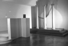 La tarima de columnas era el escenario principal del estudio