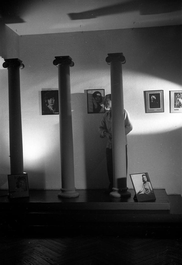 Juan Gyenes en los años 40 en el estudio de Campúa