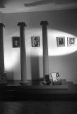 Vista del escenario de columnas del estudio de Campúa, decorado con una selección de las que el fotógrafo consideraba sus mejores imágenes artísticas.
