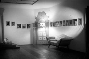 Vista del estudio de Campúa, decorado con una selección de las que el fotógrafo consideraba sus mejores imágenes artísticas.