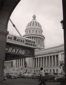 """El Capitolio de La Habana, frente al cual se proyectaba en aquella época la película """"Nido de Ratas"""", de Marlon Brando"""