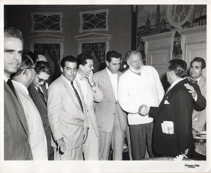 Pepe Campúa da la mano al gran escritor en el encuentro de Ernest Hemingway con los fotógrafos que acudieron al Congreso Internacional en La Habana