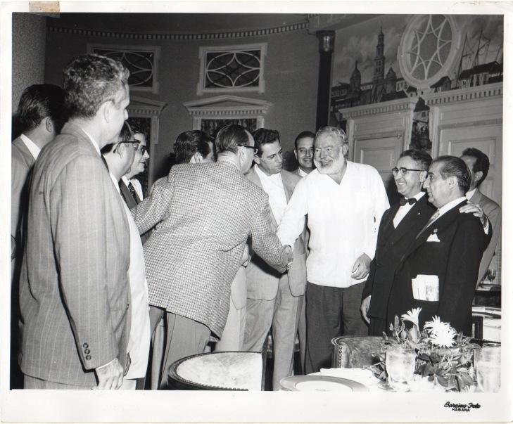 El encuentro de Ernest Hemingway con los fotógrafos que acudieron al Congreso Internacional en La Habana. Pepe Campúa, en el lado derecho de la fotografía, con su periódico en el bolsillo, esperaba a saludar al escritor.