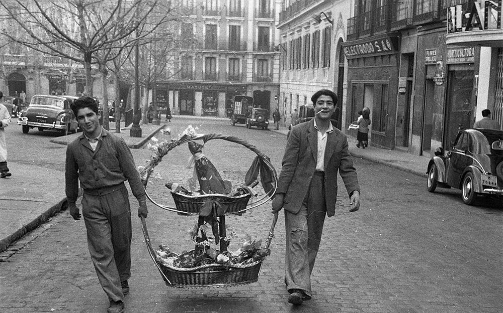 Cargando una cesta de Navidad, reportaje sobre puestos navideños, 19 de diciembre de 1951