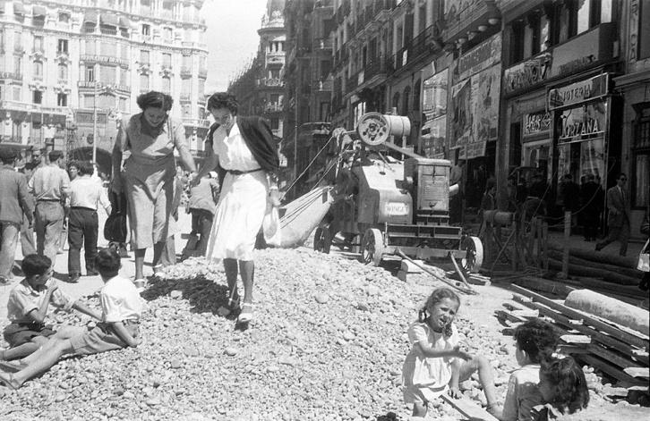 Obras de pavimentación tras eliminar el tranvía en calle Montera, 4 de septiembre de 1948