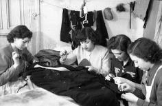 Modistillas trabajando en un taller de Madrid, retratadas por Campúa el 12 de diciembre de 1950