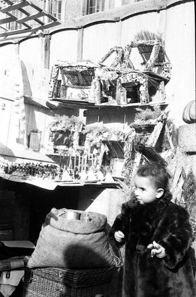 Puestos Navideños en Tirso de Molina, fotografiados por Pepe Campúa el 19 de diciembre de 1950