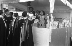 La tuna visita a las vendedoras de turrón en los puestos de Tirso de Molina, fotografiados por Pepe Campúa el 19 de diciembre de 1950