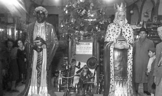 Decoración benéfica para el día de los Reyes Magos, fotografiada por Pepe Campúa el 6 de enero de 1951