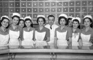 Camareras en la apertura de los nuevos locales del bar California, el 14 de febrero de 1951