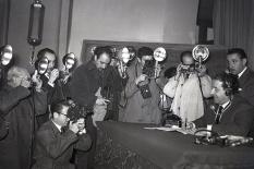 En la Asociación de la prensa dos locutores iban anunciando los números premiados. Imagen de Campúa tomada el 22 de diciembre de 1952
