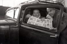 Como sigue siendo tradición, los periodistas acuden en busca de las personas agraciadas por la Lotería de Navidad. Imagen de Campúa tomada el 22 de diciembre de 1952