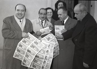 Como sigue siendo tradición, los periodistas acuden en busca de las personas agraciadas, en este caso el director del Sindicato Virgen de la Paloma. Imagen de Campúa tomada el 22 de diciembre de 1952