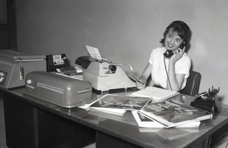 Secretaria de las oficinas de la RCA en Madrid, fotografiada por Campúa el 29 de enero de 1958
