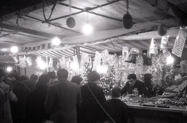 Puesto de objetos navideños en Madrid en 1965