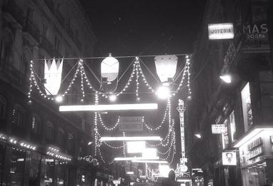 Iluminación navideña en la Carrera de San Jerónimo (Madrid), fotografía tomada por Pepe Campúa el 20 de diciembre de 1965