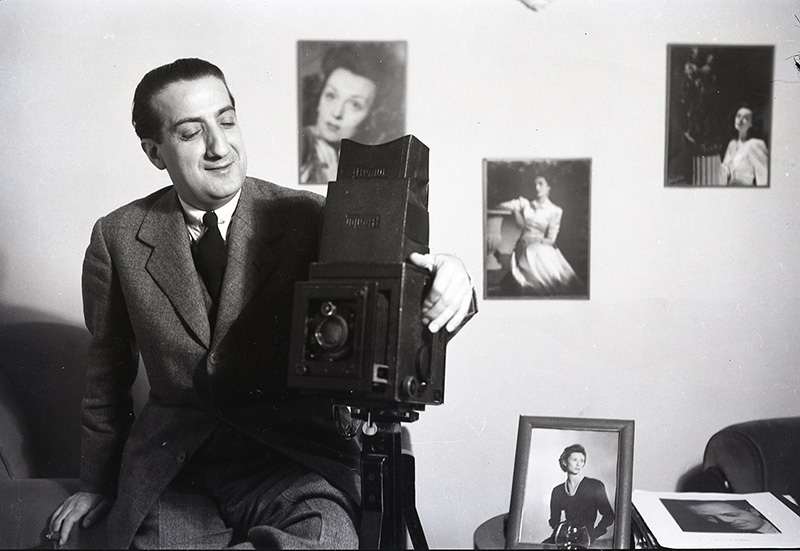 La foto que acompañaba en el archivo a esta imagen permite suponer que Juan Gyenes hizo a Pepe Campúa este retrato junto a su cámara, pese a que no está firmado y a que el negativo forma parte del archivo de Campúa