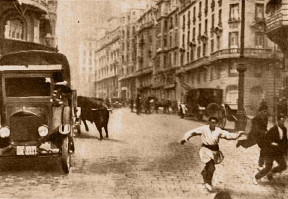"""Foto publicada en la revista Nuevo Mundo con el pie: """"El toro escapado en el momento de aparecer en la Gran Vía, donde fue muerto por Fortuna"""""""