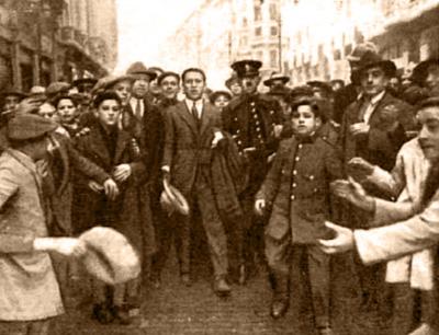 """Fotografía publicada en Nuevo Mundo con el pie: """"Fortuna, aclamado por la multitud, momentos después de su valerosa hazaña"""""""