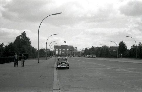 La puerta de Brandenburgo andamiada, fotografiada por Campúa en 1945