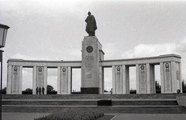 Memorial de guerra soviético situado en el Tiergarten, fotografiado por Campúa en 1945